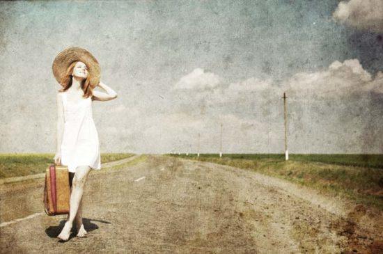 Девушка на проселочной дороге