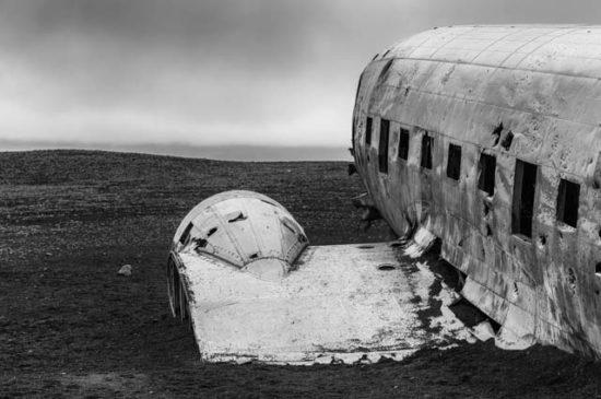 Разрушенный самолёт на пляже