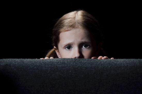 Ребенок испуган, прячется