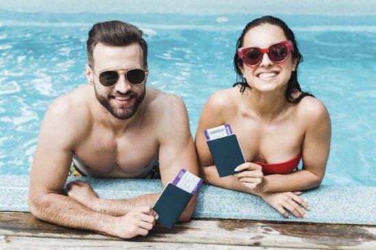 Счастливая пара в бассейне на отдыхе
