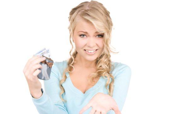 Блондинка с кошельком просит денег