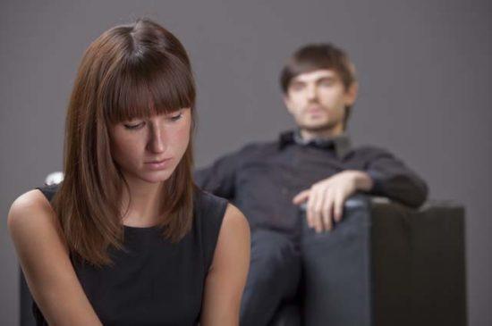 Высокомерный мужчина и девушка