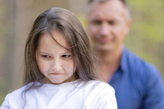 Грустная девочка обижена на отца