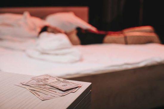 Деньги на тумбочке рядом с кроватью
