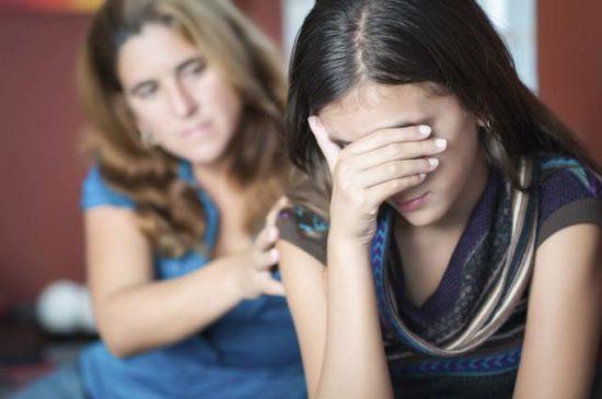 Дочь закрывает лицо не слушает маму