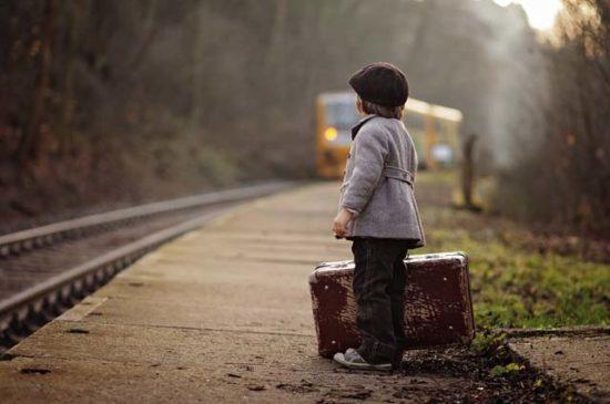 Мальчик ждет поезд