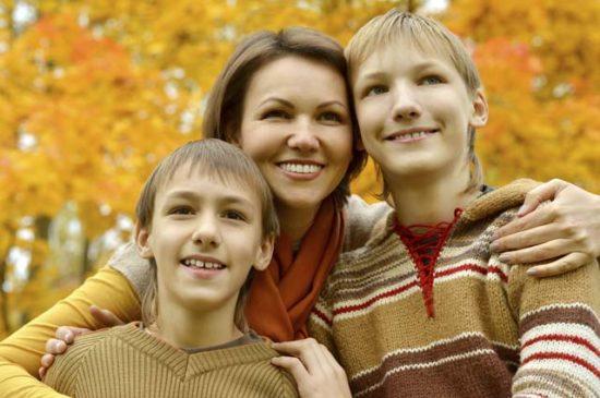 Мама с детьми осень