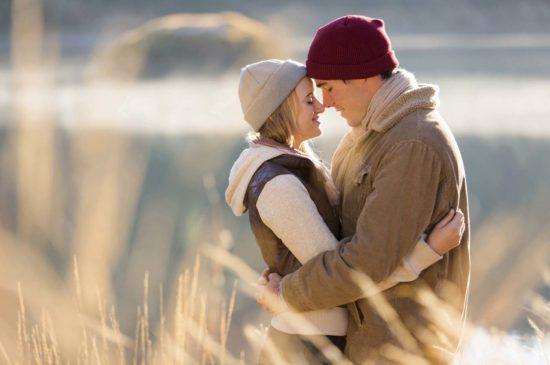 Красивая пара обнимается в поле