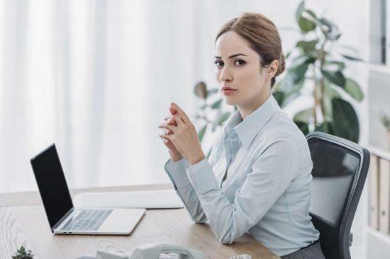 Успешная молодая девушка за компьютером