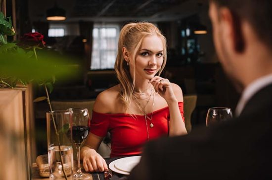 Блондинка страстно смотрит на молодого человека