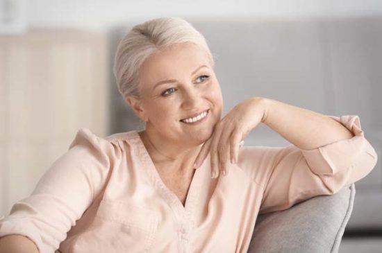 Красивая женщина средних лет