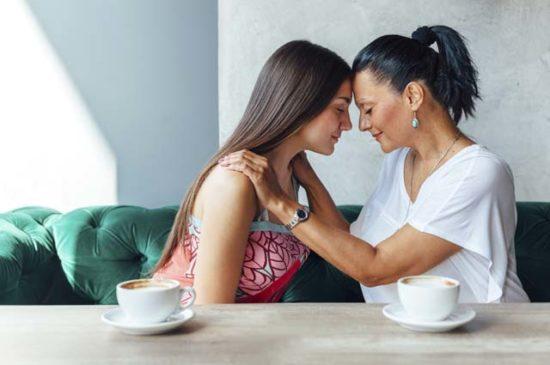 Мама и дочь разговаривают