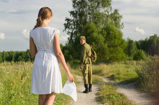 Девушка провожает солдата
