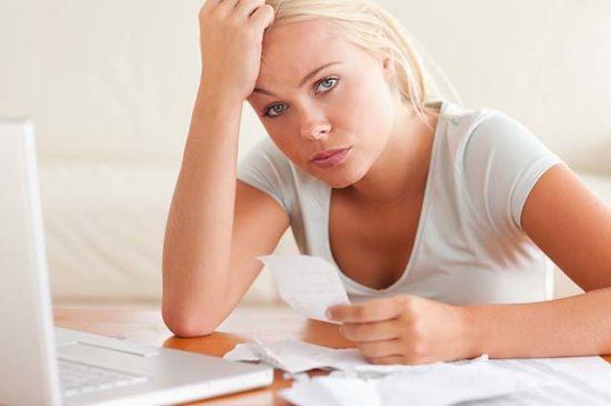 Женщина с финансовыми проблемами
