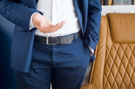 Мужчина с рукой в карманах