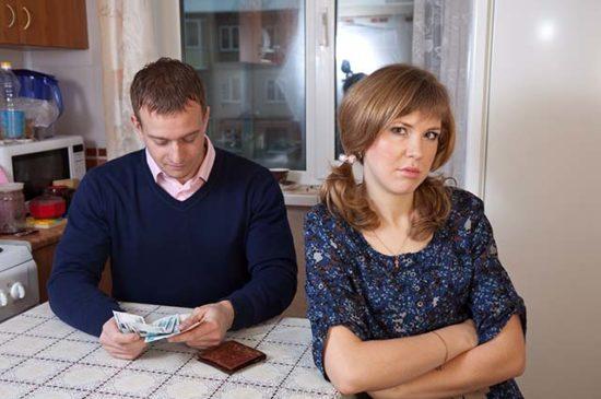 Приходится клянчить деньги у собственного мужа