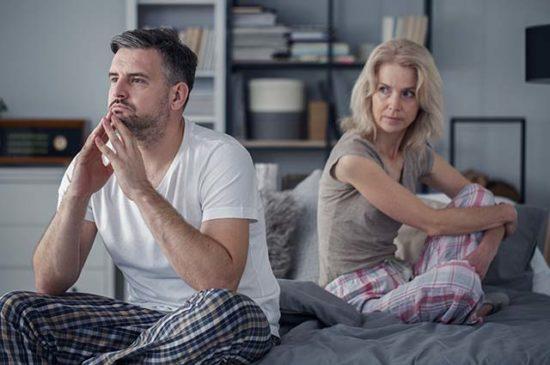 Муж отвернулся от жены