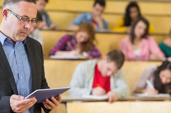 Преподаватель со студентами