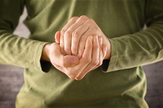 Руки мужчины сжатые в клубок