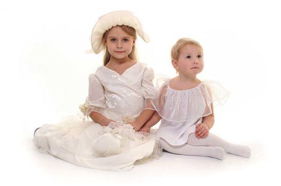 Две красивые маленькие девочки