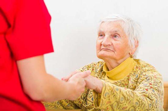 Девушка помогает пожилой женщине