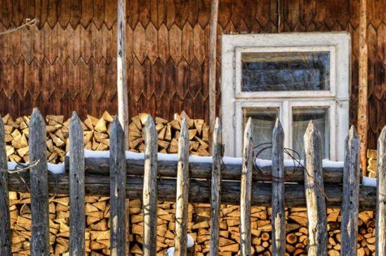 Поленница дров у дома