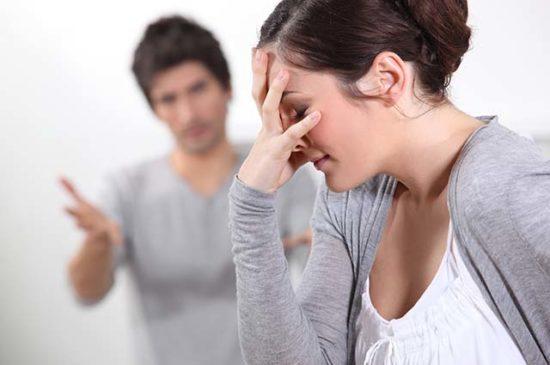 Ссора женщина закрывает лицо рукой