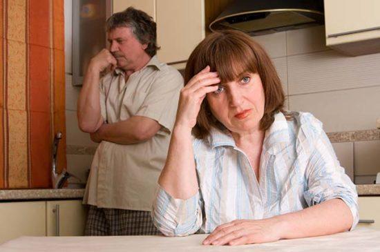 Жена с мужем на кухне расстроены