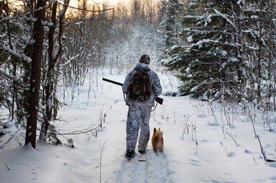 Охотник зимой с собакой