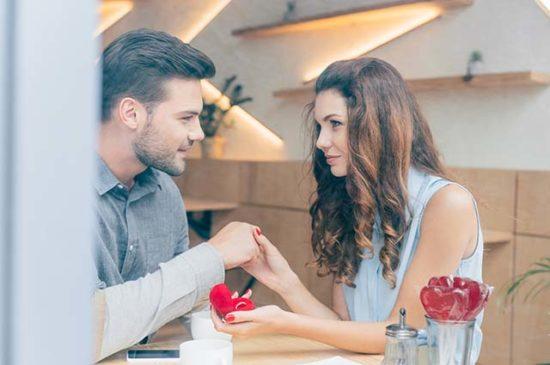 Парень делает предложение девушке