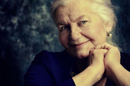 Пожилая женщина, добрый взгляд