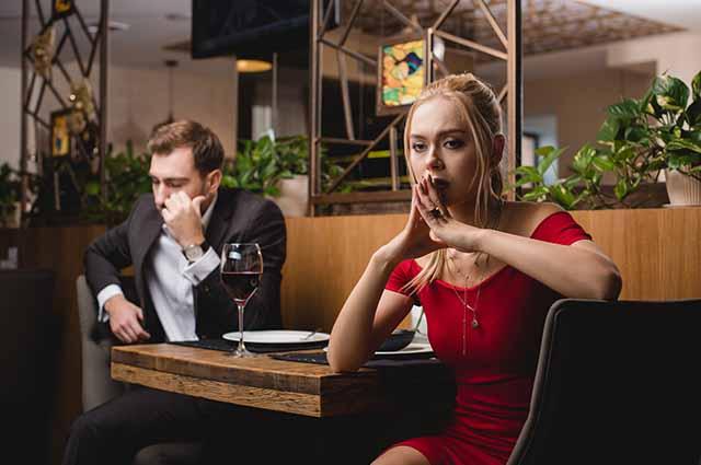 Девушка с молодым человеком расстроена