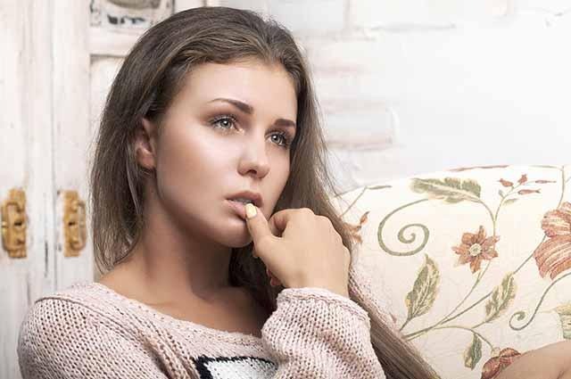 Красивая девушка размышляет