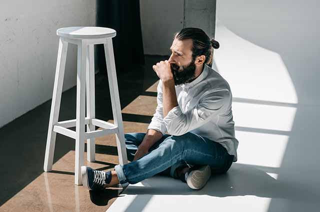 Мужчина сидит на полу