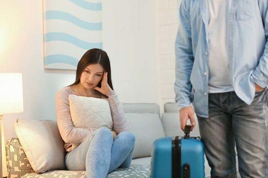 Мужчина уходит из дома с чемоданом