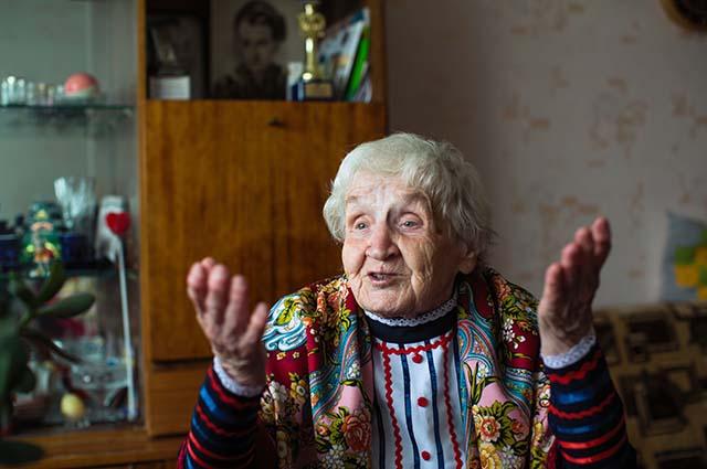 Пожилая женщина возмущается