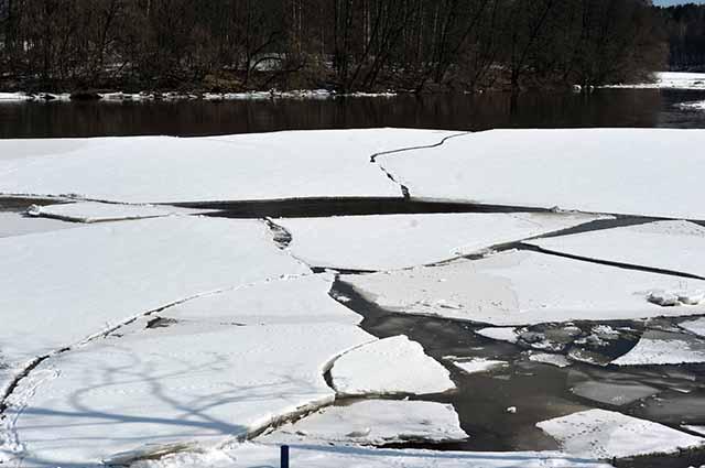 Лёд плывущий по реке
