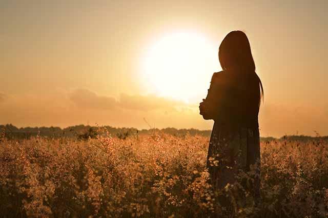 Силуэт женщины в поле