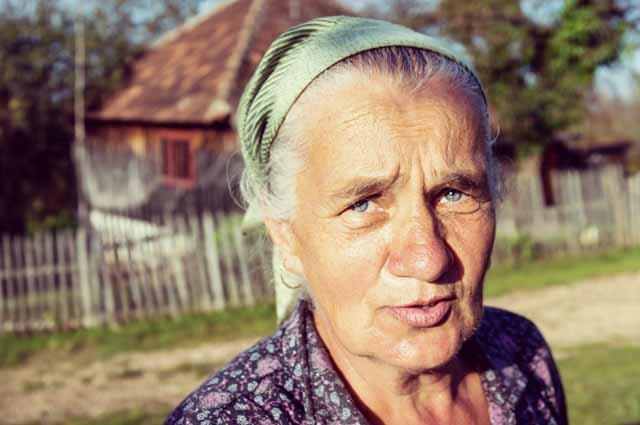 Портрет пожилой женщины в деревне