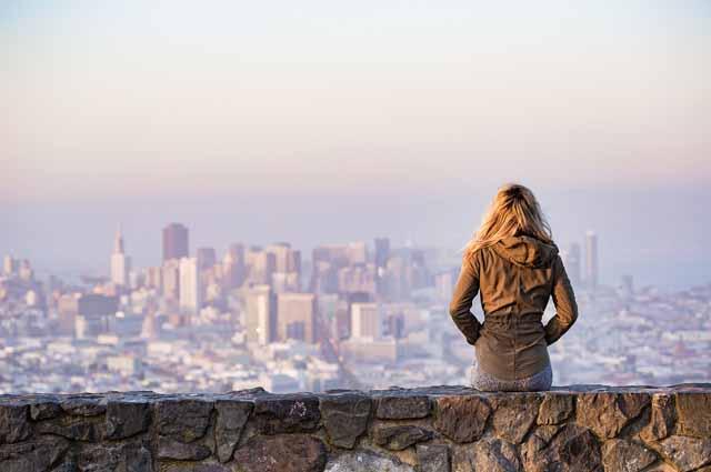 Блондинка смотрит на город