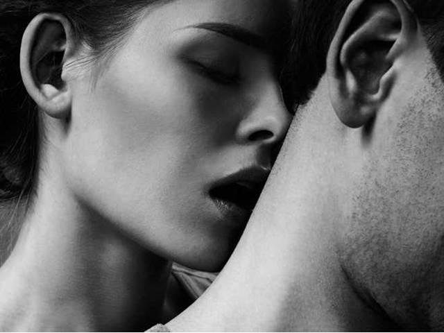 Картинки женщина целует спину мужчине