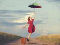 Девушка-с-зонтом-на-проселочной-дороге