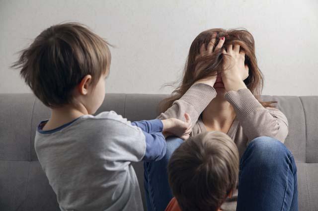 Дети не дают покоя уставшей маме
