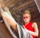 Женщина переписывается в социальных сетях на смартфоне
