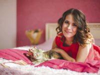 Красивая женщина с котенком
