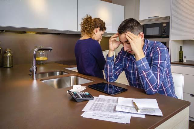 Муж переживает над неоплаченными счетами