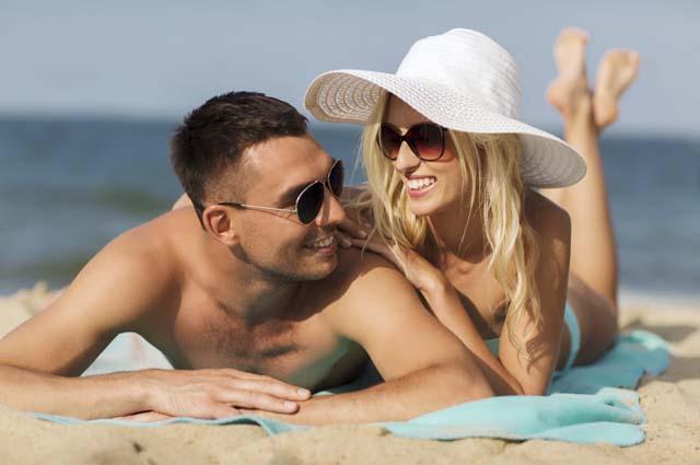 Пара на отдыхе на пляже