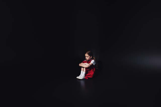 Ребенок испуган, сидит один