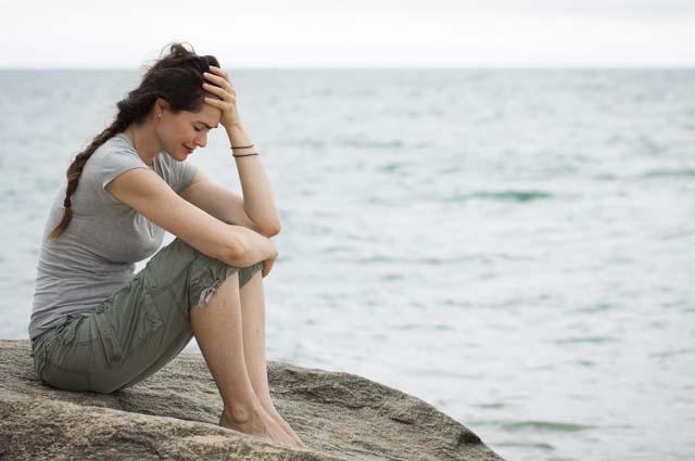 Девушка плачет на берегу