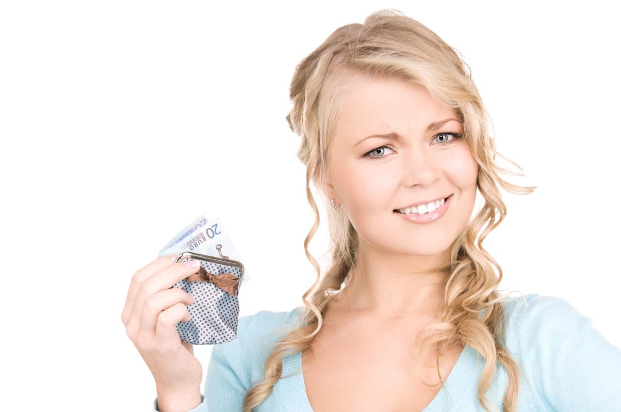 Девушка с кошельком с деньгами